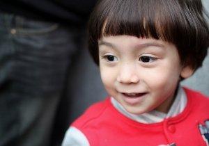 小男孩展开帅气发型大作战计划 三岁男童发型再不流行简洁风