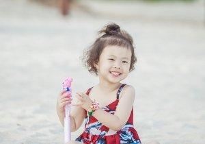 4周岁女孩短发简单扎起来就很漂亮 女幼童日常可爱短发扎法分享