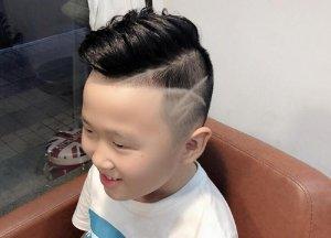 六七岁男童剃两边短发新造型 个性创意刻痕图案让儿子更酷更优秀