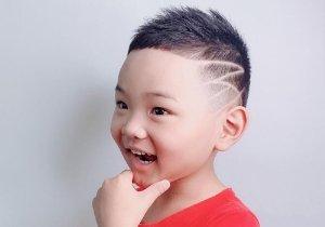 2021年男孩炫酷剃两边短发设计 时尚小正太正在梳的创意短发发型