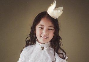 女童5分钟卷发怎么弄 女童梳浪漫时尚长卷发去拍照优雅小公主一枚
