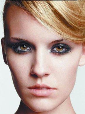 烟熏妆适合什么造型 小烟熏妆发型让你颜值度得到升华