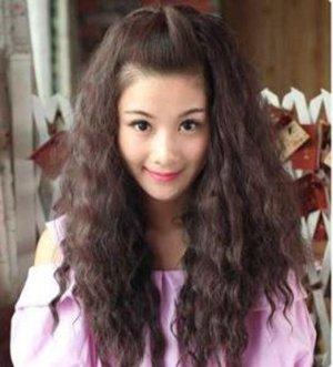 小脸的女生选择玉米烫的发型 看上去更加娇媚时尚