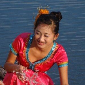 傣族女子无刘海编头发舞蹈发型 傣族女生编发发型图片