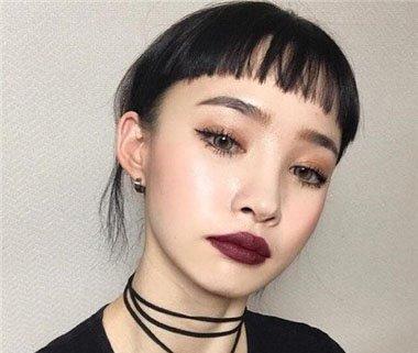 网红眉上刘海短发 看上去非常的二