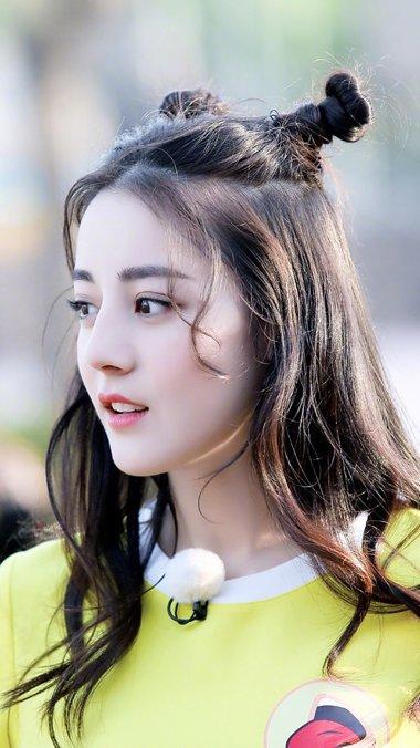 日系双丸子头怎么扎 迪丽热甜美可人的丸子头发型