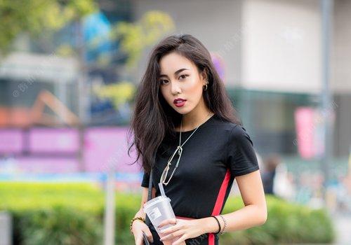 平头顶女生梳偏分中长卷发做完美女神 5款女生轻熟侧分长卷发推荐
