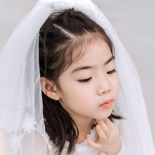女孩直发扎成公主头不要太美腻 9岁女童优雅甜美公主头最新扎法