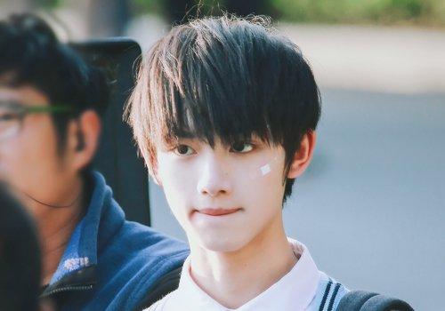 初中长脸男生剪什么发型好看 5款齐刘海衍生短发设计引领校园潮流