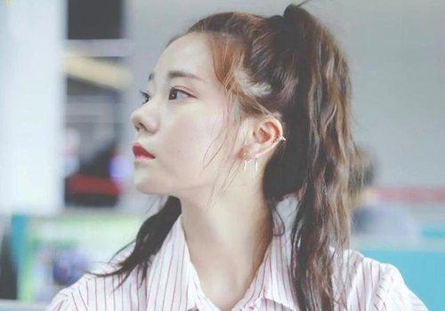 韩式女孩蓬松度高的马尾辫扎法 女生马尾辫怎么扎有教程方案