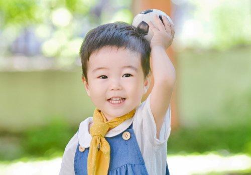 两岁宝宝可爱活泼,梳两边短中间长短发真帅气,秋季男宝宝短发设计