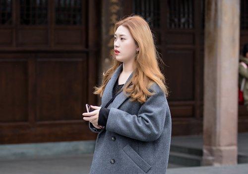 秋季圆脸女生中长发怎么打理 25岁以上圆脸女生梳长刘海发型更气质