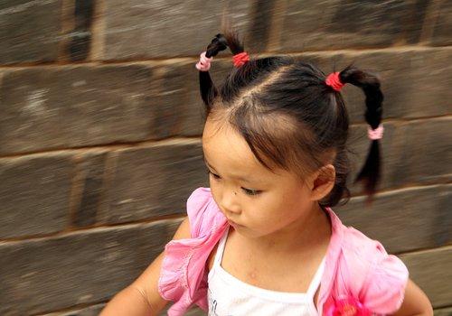 小女儿头发发量少怎么扎发型好 女童扎发教程解决少发量难题