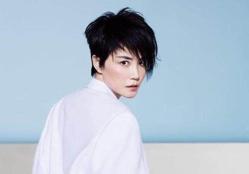 50岁王菲靠黑色短发越活越年轻 简约有设计感的黑色短发才最减龄