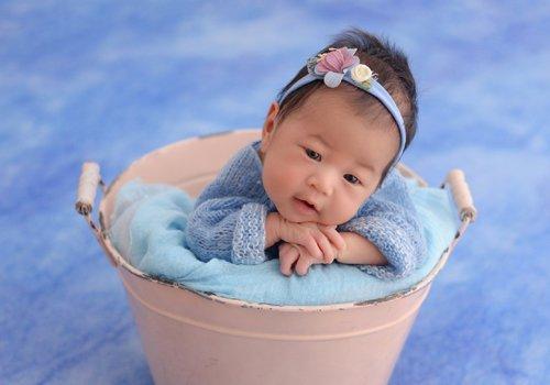 一周岁女宝宝写真照发型 顶着寸头光头的女幼童戴发带拍照才够萌