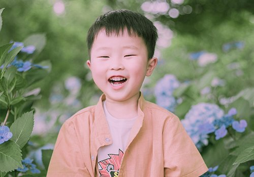 四五岁小男孩秋季刘海短发的修剪方式 呆萌清新男童齐刘海短发新造型