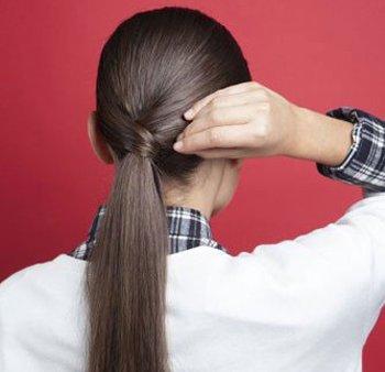 没有皮筋的低马尾才够气质时髦 女生用一缕头发扎马尾的方法图解