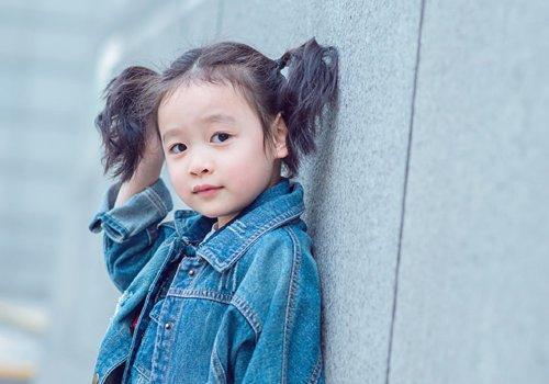 适合5岁女孩的漂亮扎发发型,妈妈都会的女儿长发扎发,每天来一款
