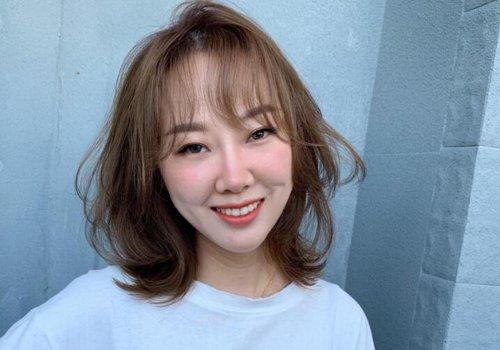 85后胖脸女士适合什么短发 秋季中年女士热点刘海短发摆脱胖脸更年轻