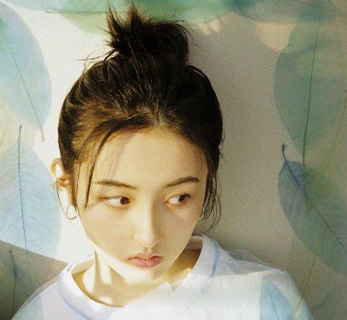 脸小颜高的女生别错过露额丸子头 2021年女生最流行的丸子头扎法