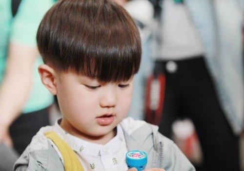 小孩子怎么剪发型最帅气 两边剃光的儿童发型打破常规换新路线