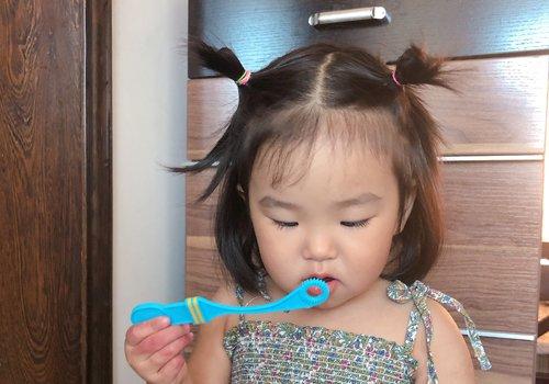 三岁宝宝头发短扎起来才可爱 妈妈都能学会的女幼童短发扎发技巧