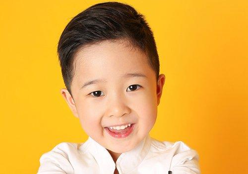 男孩日常最酷短发发型图片 简单且个性的圆脸男童短发设计hin童趣