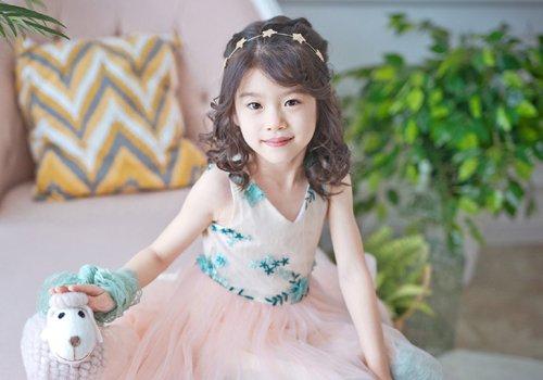 长发小女孩扎公主头甜美又百搭 五六岁女童可爱半扎发造型